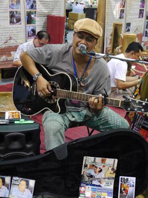 タイランド・トラベル・フェアー シンガーソングライター(たぶん)の生歌演奏もありました