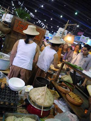タイランド・トラベル・フェアー タイ屋台 行列ができているお店もいっぱい