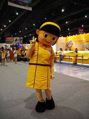 タイのLCC・ノックエア マスコットの女の子もファンサービス中