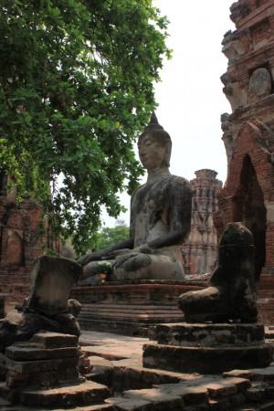 ワット・マハタート。仏像の首は侵攻の際、ことごとく落とされた。これは観光用に復元された状態。