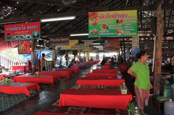 水上マーケットのフードコート。タイ料理がリーズナブルに楽しめる