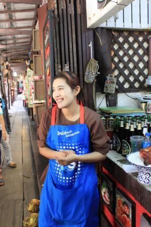 水上マーケット。タイの女の人はキレイな人が多い!?
